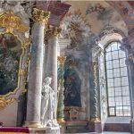 Mauzoleum Piastów Śląskich – w tle relikwiarz św. Walentego