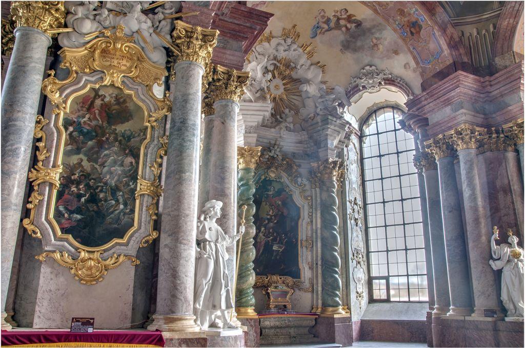 Mauzoleum Piastów Śląskich w tle relikwiarz św. Walentego